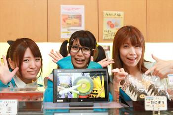 守谷すたいる店内で、すっぽん大学茨城三国志を紹介する乾曜子と水戸ご当地アイドル(仮)